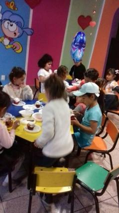 Decorando panquecitos en Estancia Infantil
